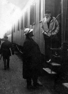 "Leo Tolstoy with Vladimir Chertkov (friend, editor and publisher) at the train station ""Kozlova Zaseka"", Russia, Rainer Maria Rilke, Book Writer, Book Authors, Rare Photos, Old Photos, Russian Literature, Writers And Poets, Playwright, Inspirational Books"