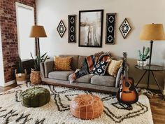 I like the earthy tones and the atmosphere of this room. There is a lot going on … - Boho Living Room Decor Boho Living Room, Living Room Modern, Living Room Interior, Living Room Designs, Earth Tone Living Room Decor, Cozy Living Room Warm, Earthy Living Room, Living Spaces, Living Room Lamps