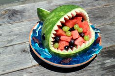 These shark fruit bowls are way more fun to eat than regular watermelon slices. Watermelon Art, Watermelon Carving, Watermelon Slices, Shark Cupcakes, Shark Cake, Delicious Desserts, Yummy Food, Riced Veggies, Food Garnishes