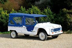 Adjugé 10 000 euros par Osenat à Fontainebleau le 14 juin 2015 : 1985 Citroën Mehari AZUR.