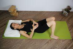 Savasana mit aufgestellten Beinen, Hände Focus auf die Atembewegung