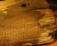 Rongorongo  é um sistema de misteriosos glifos descobertos escritos em vários artefatos na Ilha de Páscoa.  Muitos acreditam que eles representam um sistema  de escrita  e poderia ser um de apenas três ou quatro invenções independentes da escrita na história da humanidade.  Alguns acreditam que pode oferecer pistas sobre o colapso desconcertante da Ilha de Páscoa