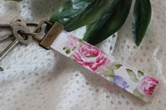 Keychain / Porta-chaves Floral Style by SonteHandmade on Etsy  Affordable and adorable keyfob