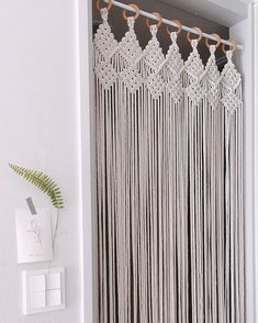 Great Absolutely Free Macrame curtain Thoughts If you have found the new macramé collection and you're simply addicted for this ageless write, y Macrame Design, Macrame Art, Macrame Projects, Macrame Knots, Diy Projects, Cortinas Boho, Deco Studio, Indoor Doors, Macrame Curtain