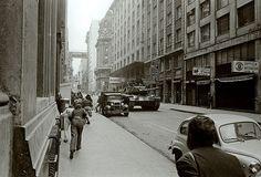 11 septiembre 1973, Chile: Civiles huyen aterrorizados por las calles que rodean al Palacio La Moneda. Es el momento preciso en que el ejército y la aviación atacan la sede de gobierno.