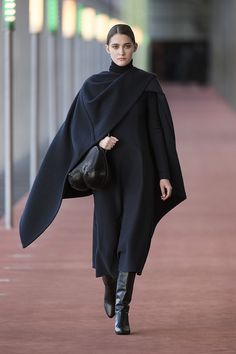 6. Stole in wool melton, flared dress in stretch wool, neck warmer in extrafine wool, bag in molded leather, boots in calf leather  #lemaire