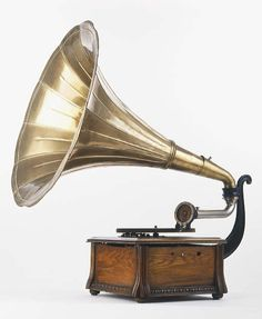 Use an old Gramophone as decoration Radios, Opera Do Malandro, Vintage Antiques, Vintage Items, Pretty Things, Music Machine, Vintage Records, 78 Records, Record Players