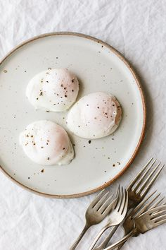 My Note: YT Video + Tips! Poached Eggs are the perfect healthy breakfast recipe. Here's how to poach an egg perfectly every time. How To Make A Poached Egg, Perfect Poached Eggs, Making Poached Eggs, Poach Egg How To, Easy Poached Eggs, Egg Recipes, Gourmet Recipes, Cooking Recipes, Free Recipes