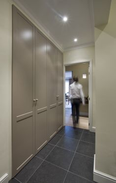 Landelijke maatkast in hal Interior Architecture, Interior And Exterior, Interior Design, Garage Storage, Living Room Furniture, Ikea, Sweet Home, Entrance Halls, House