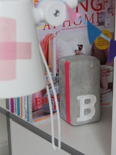 Eine wunderschöne Buchstütze aus Beton. Sie hält Ihre Zeitschriften ,Bücher oder Hefte garantiert ordentlich beisammen :0)  Und Sie ist dazu noc...