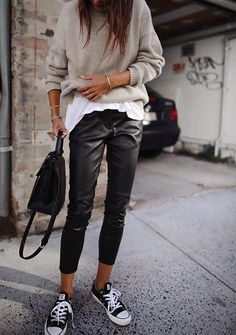 30 Beautiful Leather Outfit Ideas Copy Now Casual Fall Outfit Idea Black Leather Pants Plus Bag Plus Converse Plus Sweater Plus White Top Fashion Mode, Look Fashion, Autumn Fashion, Fashion Trends, Woman Fashion, Feminine Fashion, Fashion Ideas, Trendy Fashion, Fashion 2018