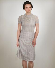 Ein romantischer Traum aus Spitze!   *DETAILS:*  • Kleid aus beigefarbender Spitze • knieumspielend • hochgeschlossen • rückwärtige Ösen mit...