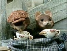 Sometimes I stop by Miss Mousies for tea,  Korean Chrysanthemum, mmmm!  good Miss Mousie,   and she has a hat just like that!