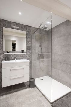 small Bathroom Decor Salle de bains pure et design - bathroomdecor Small Bathroom With Shower, Laundry In Bathroom, Bathroom Renos, Bathroom Layout, Modern Bathroom Design, Bathroom Interior Design, Bathroom Renovations, Remodel Bathroom, Bathroom Designs