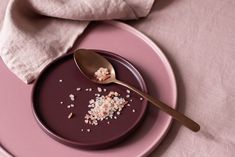 Ever wake up feeling on edge? According to biohacker Dave Asprey, you might want to sprinkle a pinch of salt in your water first thing in the morning. Snacks Before Bed, Protein Rich Snacks, Himalayan Sea Salt, Pinch Of Salt, Table Salt, Salt And Water, Sprinkles, Stress, Nutrition