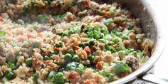 Gezondere rijst boordevol groenten zul je haast niet vinden. Een recept voor gebakken bloemkoolrijst met gehakt, wortel en tuinerwten.