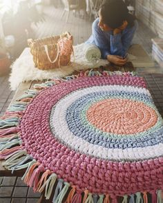 Rugs and carpets have a rich history, only part of which is known. Ancient rugs are very rare because the earliest rugs were made of organic fibers. Crochet Mat, Crochet Carpet, Love Crochet, Crochet Decoration, Crochet Home Decor, Tapetes Diy, Knit Rug, Handmade Rugs, Rugs On Carpet