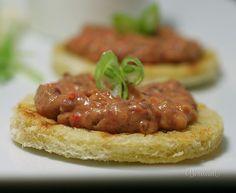 Vynikajúca nátierka z červenej fazule, ktorá chuťou pripomína tatarák mäsový. Lenže z fazule je lacnejší, ľahšie stráviteľný a na opečených chlebíkoch super!