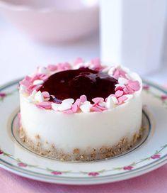 ligera y deliciosa tarta o pastel de yogur con base de galleta, mermelada y un toque de limón. Un postre suave, rico y fácil de hacer