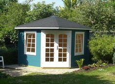 Auch in Petrol passt sich das 5-Eck-Gartenhaus perfekt an jeden Garten an. Perfekt dazu passen die Absetzungen der Tür- und Fensterrahmen in weiß.