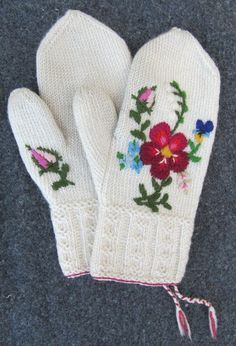 Embroidery on tvaandstickning Crochet Mittens, Mittens Pattern, Knitted Gloves, Knit Crochet, Swedish Embroidery, Wool Embroidery, Embroidery Designs, Knitting Projects, Crochet Projects