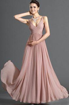 precioso vestido de noche elegante y joyas maravillosas