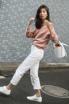 Weekender Whites Meli Melo White Bucket Bag, Santina White Bucket Bag Meli Melo, How To Wear A Bucke Fall Winter Outfits, Spring Outfits, Trendy Outfits, Fashion Outfits, Mom Jeans Outfit, Jeans Outfit Summer, Cream Jeans Outfit, White Bag Outfit, Weekend Bags