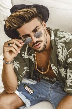 Go Follo Poses For Men, Boy Poses, Male Poses, Mens Highlights, Mdv Style, Street Style Magazine, Boy Photo Shoot, Hot Hair Styles, Selfie Poses