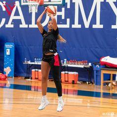 New York Basketball, Basketball Room, Basketball Pictures, College Basketball, Basketball Players, Kyrie Irving Shoes, Throwback Outfits, Volleyball Workouts, Basketball Photography