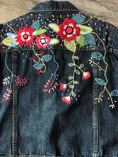 Chaqueta vaquera bordada | Etsy Embroidered Denim Jacket, Embroidered Clothes, Folk Embroidery, Embroidery Stitches, Painted Clothes, Painted Shoes, Denim Crafts, Love Jeans, Boho Look