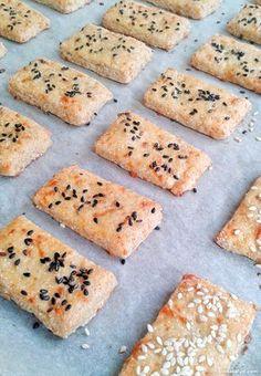 Estas galletas de queso sin gluten están riquisimas y crujientes, con un agradable sabor a queso. ¡Y no os digo el olorcito que deja en la cocina! Ingredientes para unas 30 galletas de 6×3 centímetros: [...] Vegan Gluten Free, Gluten Free Recipes, Dairy Free, Real Food Recipes, Cookie Recipes, Empanadas, Healthy Snacks, Healthy Recipes, Gluten Free Cookies