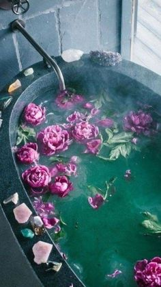 Meditation tips - bath with flowers and crystals to relax. I love the look of this and I feel like adding flowers to baths is so aesthetic! Boho Home, Witch Aesthetic, Neon Aesthetic, Flower Aesthetic, My New Room, Bath Time, Hygge, No Time For Me, Diy Home Decor