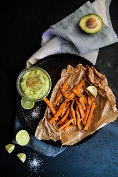 Frites de patate douce et crémeux d'avocat {vegan - sans gluten} - Description : 4 patates douces, 1 cuillère à soupe de paprika, De l'huile d'olive...