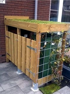 See 14 great ideas for garbage and recycling bins in your garden., See 14 great ideas for hiding garbage and recycling bins in your garden! Tips and tricks Tips and crafts. Garden Projects, Garden Tools, Building A Container Home, Garden Container, Cargo Container, Garden Tool Storage, Shipping Container Homes, Shipping Containers, Recycling Bins