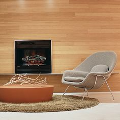 Eero Saarinen designed the Womb Chair at Florence Knoll's request. The groundbreaking design provides a comforting sense of security - hence the name. Florence Knoll, Eero Saarinen, Knoll Chairs, Room Chairs, Stone Coffee Table, Womb Chair, Condo Furniture, Office Furniture, Furniture Ideas