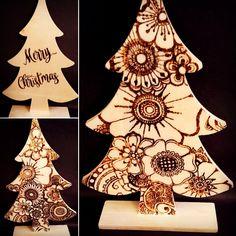 Staande kerstboom van hout met aan de ene kant een bloemenpatroon gebrand, en aan de andere kant de tekst Merry Christmas. Afmeting ca 16 x 24 cm