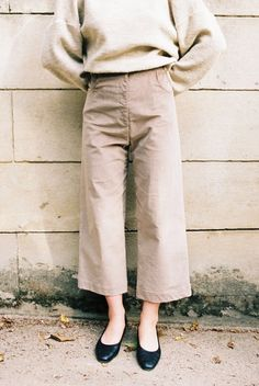 These high-waisted pants are made in a beautiful stretch corduroy. Super soft they have a wide leg and feature front and pockets.