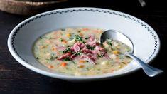 Tuto polévku s výraznou chutí si můžete připravit jen tak, jako součást víkendového oběda nebo využít uzený vývar a část masa, které vaříte pro jiný pokrm. Cheeseburger Chowder, Soup Recipes, Fresh, Soups, Soup, Soap Recipes
