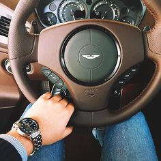 @alexpreview has been behind the wheel of a Vanquish and captured this fantastic #astonmartinlive share! #astonmartin #vanquish #luxury #cars #interior