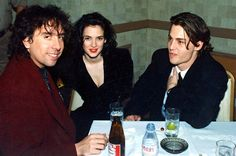 Winona Ryder, Johnny Depp and Tim Burton. Can this please happen again? Johnny Depp Winona Ryder, Johnny Depp 1990, Johnny Depp Joven, Young Johnny Depp, Johnny Depp Girlfriend, Tim Burton Personajes, Junger Johnny Depp, Winona Forever, The Lone Ranger