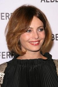 short-hairstyles-for-round-faces-Layered haircut with elongated bangs