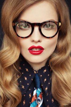 maquillage élégant - eye-liner et crayon blanc, derrière les lunettes rondes rétro à montures léopard