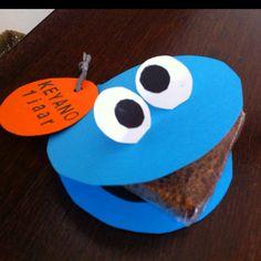 Ontbijt koek in zakje in de bek van koekiemonster