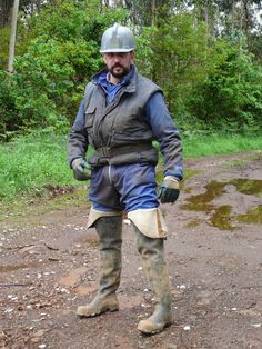Man wearing dirty coveralls and puffa vest with muddy rubber boots Fashion Boots, Mens Fashion, Wellies Boots, Men In Uniform, Bear Men, Alpha Male, Sexy Ass, Work Wear, Hot Guys