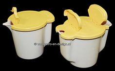 Tupperware vintage suiker- en melk kannetje  Echte Tupperware design klassiekers! Vintage Tupperware melk en suiker stelletje met verwijderbare deksels. Het suikerkannetje heeft twee flipdeksels voor het strooien, afhankelijk van de hoeveelheid die je in één keer wilt. zie: http://www.retro-en-design.nl/a-43701416/tupperware/tupperware-vintage-suiker-en-melk-kannetje/