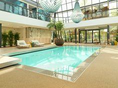 Kom langs bij het Pool & Lifestyle Centre te Valkenswaard en bekijk dit allernieuwste Starline overloop zwembad uit de NEXXT Line met oogverblindende zwevende designtrap!