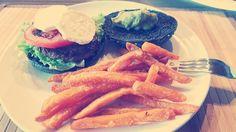 Black Burger 😍 Schwarze Burger Bund mit Pattie und Tomate, Ziegenkäse und Guacamole 😍😍😍 dazu Süßkartoffel Pommes. Meine Männer waren begeistert und satt. #selfmade #antitütenkochen #foodporn
