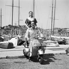 """""""Stars - Mel Ferrer e, Leslie Caron, atriz francesa e dançarina. Ela foi uma das mais famosas estrelas musicais na década de 1950. Cannes 1953. 1952-1953 Vespa ACMA 125 (feito sob licença na França)"""