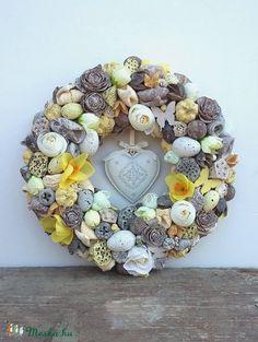 Tavaszi vintage koszorú (madarkamuhely) - Meska.hu Burlap Wreath, Christmas Wreaths, Floral Wreath, Spring Decorations, Seasons, Ornaments, Holiday Decor, Creative, Flowers