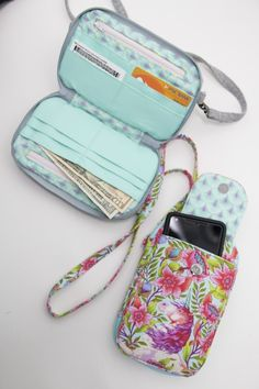 daytrip cell phone wallet by sew sweetness Wallet Sewing Pattern, Tote Pattern, Sew Wallet, Diy Quilted Wallet, Fabric Wallet, Cell Phone Wallet, Diy Phone Bag, Produce Bags, Bag Patterns To Sew